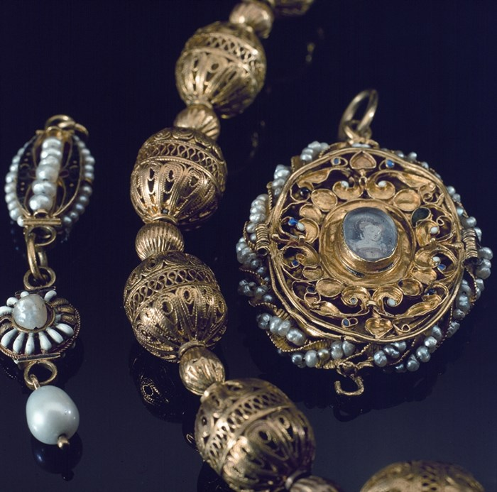 Objects associated with mary queen of scots for Mary queen of scots replica jewelry