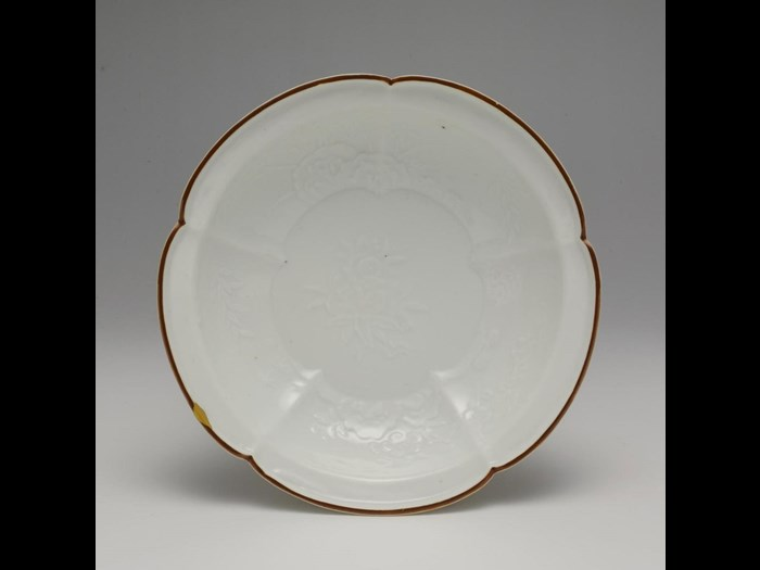 Moulded porcelain dish with brown rim, Kakiemon: Japan, c1700.