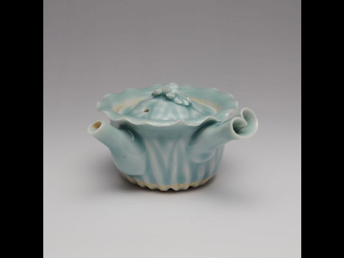 Sencha teapot of porcelain with celadon glaze: Japan, by Ogata Shuhei, 1840-75.