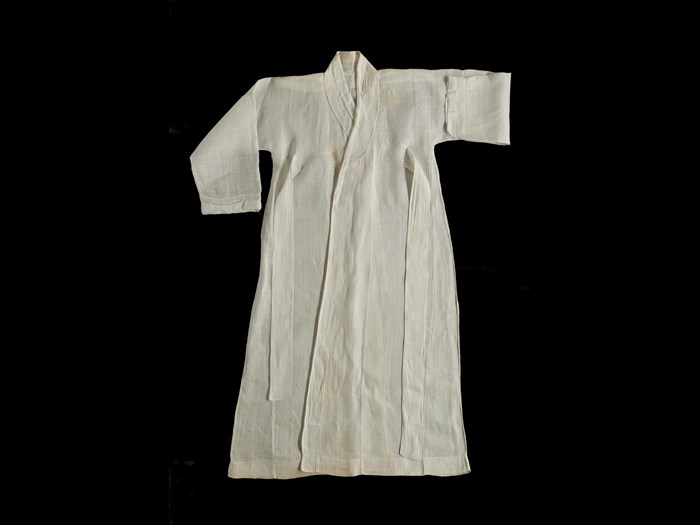 Coat (durumagi) of white ramie fabric, an outer robe worn by men: Korea, 20th century AD.