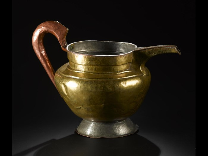 Tea jug, made of copper and brass. 19th century. Acquired by Lilian Le Mesurier. A.1907.437