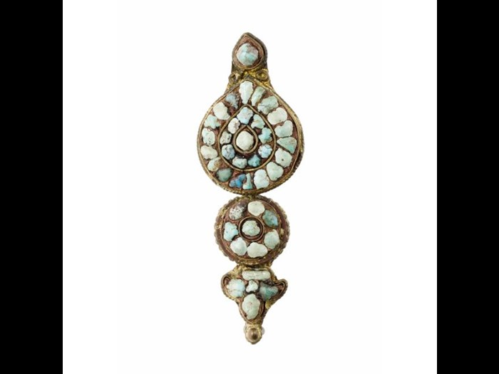 Pair of earrings made of gilt copper and turquoise. Late 19th century. Acquired by David and Isabelle Tyrie. A.1990.88 B