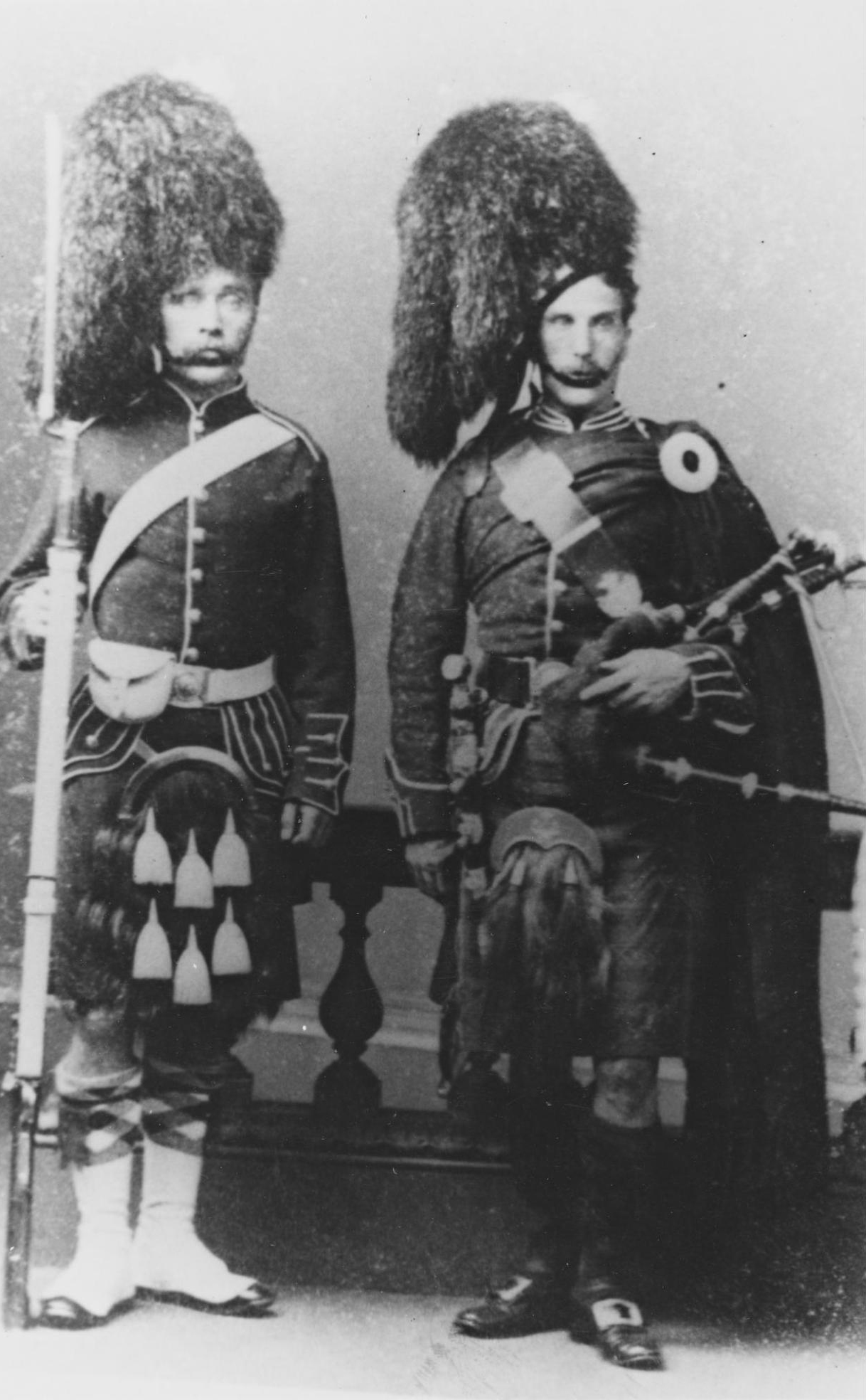 Photograph of a private and a piper, 93rd Highlanders, c. 1865 in the collection at National War Museum.